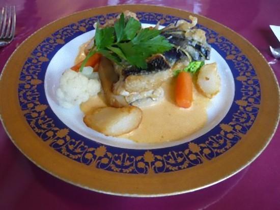 こちらは「本日の魚のランチ(日替わり)」1350円です。 スズキのムニエル、ナンチュアソースです。 こちらも美味しかったそうです。