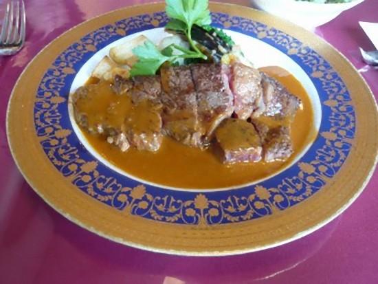 牛ロースステーキ、フォン・ド・ヴォーのソースです。 牛ロース自体は塩味でしたが、フォン・ド・ヴォーソースが甘口で、丁度良い味になってました。