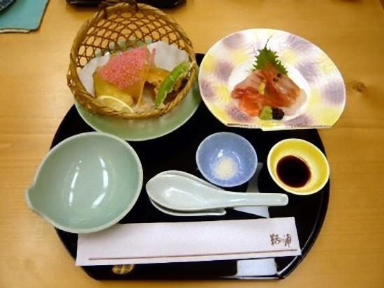 本日は昼食限定の「龍馬膳」3000円です。 坂本龍馬ゆかりの地を巡る献立となっています。 こちらは「桂浜から太平洋を望む」 冬に旬を迎える高地産、ハガツオの造りです。