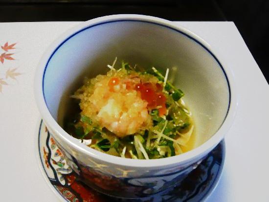 海老とイクラと野菜の和え物です。 さっぱりしていてこれまた美味しい。