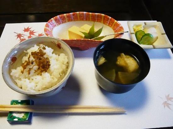 ご飯、味噌汁、香の物とデザートです。