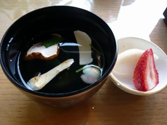 松茸のお吸い物とデザートです。