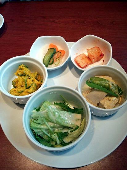 キムチ、サラダ、ナムル、小鉢2品