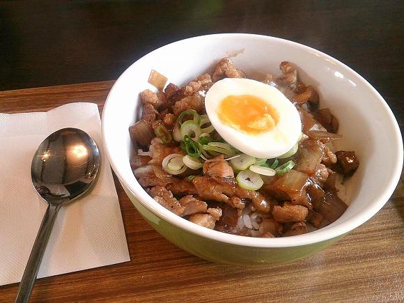 アドボ丼(鶏肉、豚肉、にんにくなどにお酢を使ったどんぶり)