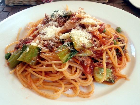 本日のおすすめパスタの挽肉と旬野菜のパスタ、トマトソースです。