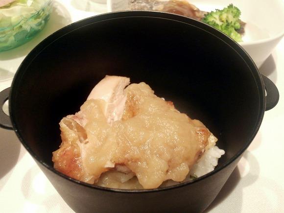 チキンステーキ オニオンソース 紫蘇のリゾット添え
