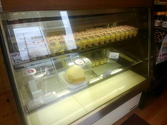 プリンやロールケーキなどの販売スペース