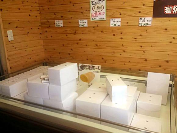 釆女ファームの卵を使ったプリンやロールケーキなどの販売スペース