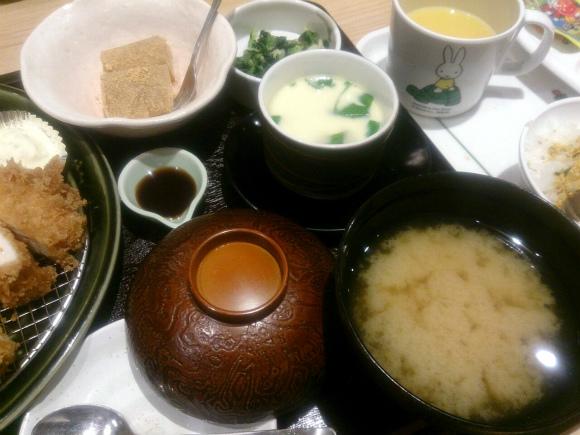 ご飯、茶碗蒸し、味噌汁