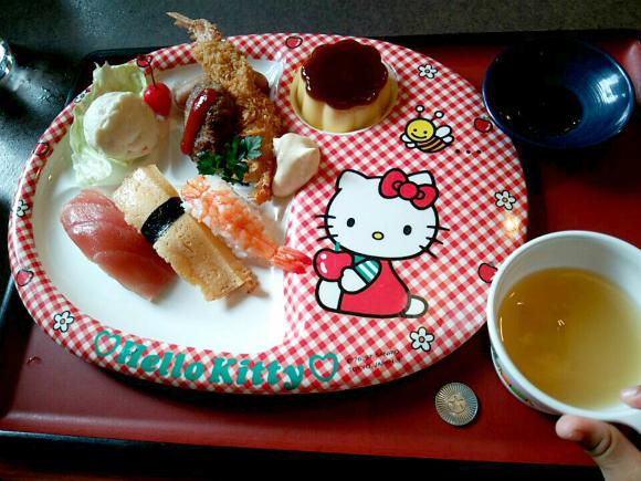 「お子さまプレート」680円(税別)です。 キティちゃんプレート