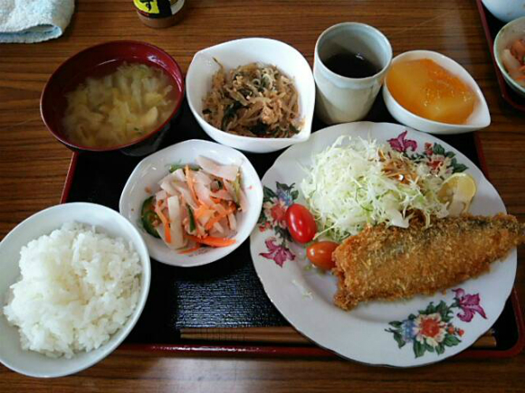 鮭のフライ、麻婆春雨、大根と人参とキュウリの和え物、野菜のお味噌汁、はっさくゼリーでしたー
