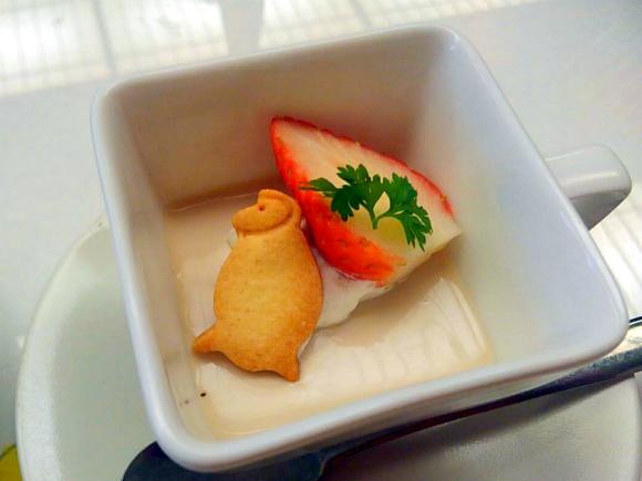 デザートのほうじ茶豆乳プリン 今年の干支のお猿さんのクッキーが鎮座してます❤