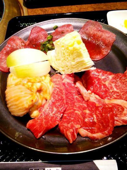 「カルビ定食Aセット」900円(税別)です 牛カルビ・ホルモン・タンというメニューです。