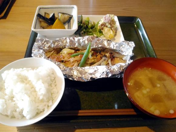 メンバー注文の「鮭のホイル焼き定食」1000円(税込)です。