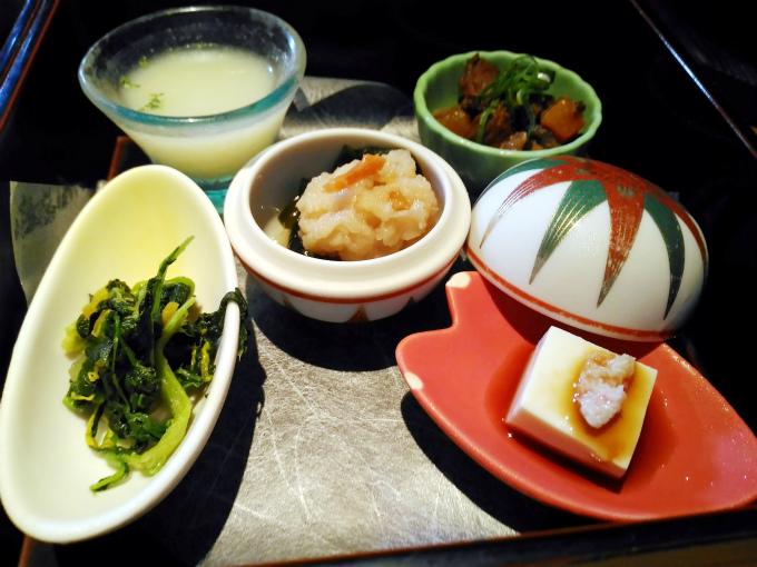 手作り豆腐のかに身添え、蕪のポタージュ、旬魚の酢の物、ほうれん草と菊花のナムル、牛すじ煮込み、茶碗蒸し