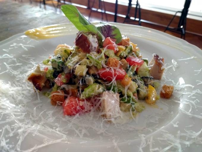 スモークチキンと夏野菜のチョップドサラダ