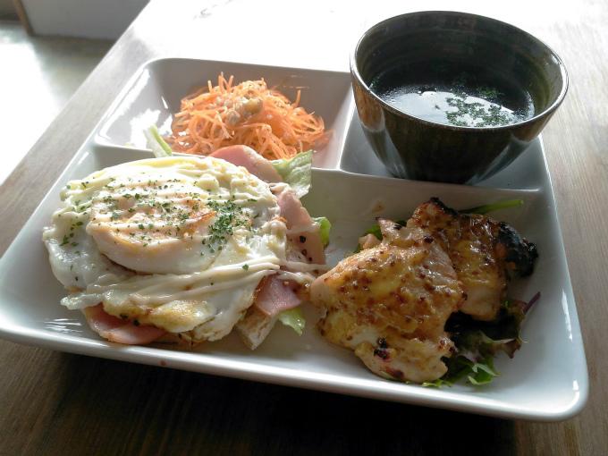 本日の注文は、「ローストビーフ丼」1600円(税込)です。 スープ、サラダ、ドリンク、デザートというメニューです。