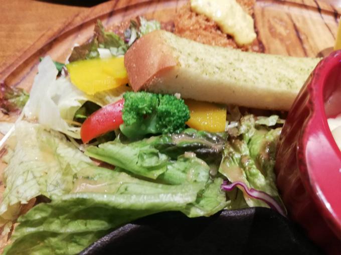 サラダ、ガーリックトースト