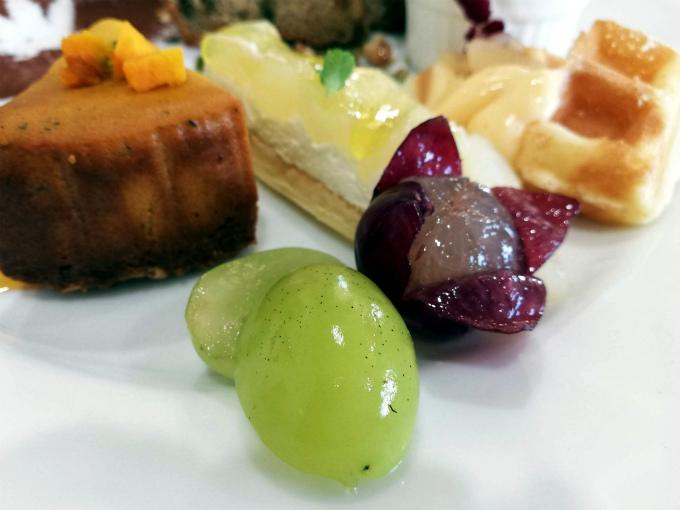洋梨とぶどうのケーキ、季節のフルーツ