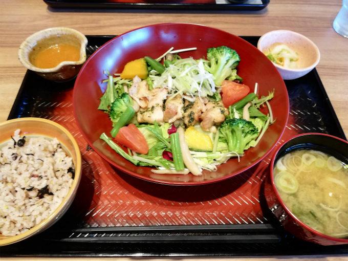 彩り野菜と炭火焼きバジルチキン定食
