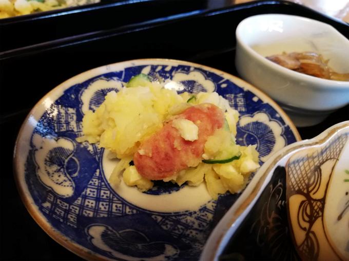 セロリの薄荷ピクルスが入ったポテトサラダ