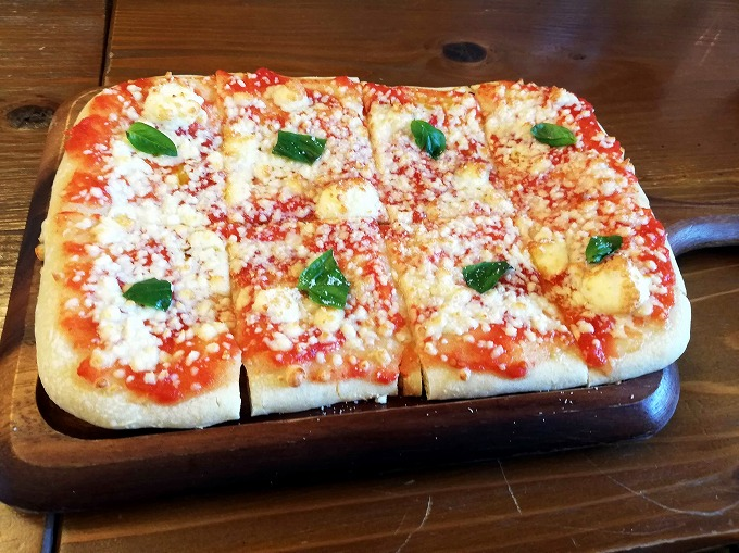 メンバー注文の「有機トマトのマルゲリータピッツァ」セットで1350円(税別)