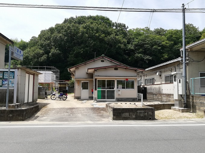 道路向かいの吉浜駐在所