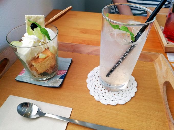 「ミニパフェ プレーン」600円(税込) &「ピーチのソーダ」550円(税込)