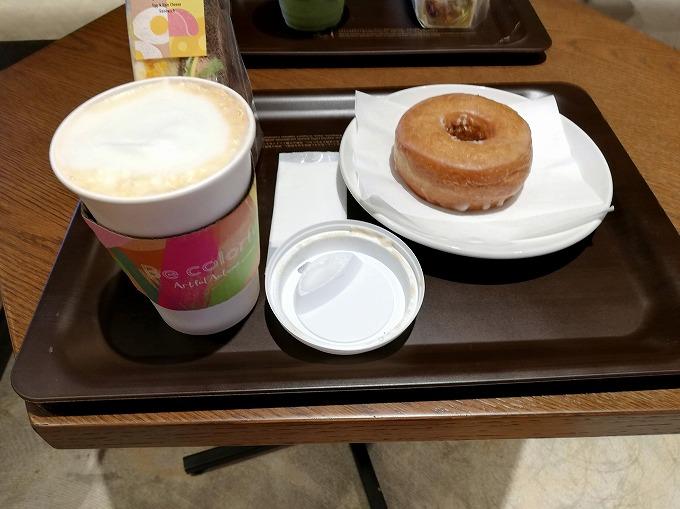 エッグ&ハムチーズサンドイッチ、シュガードーナツ、カフェ ミスト