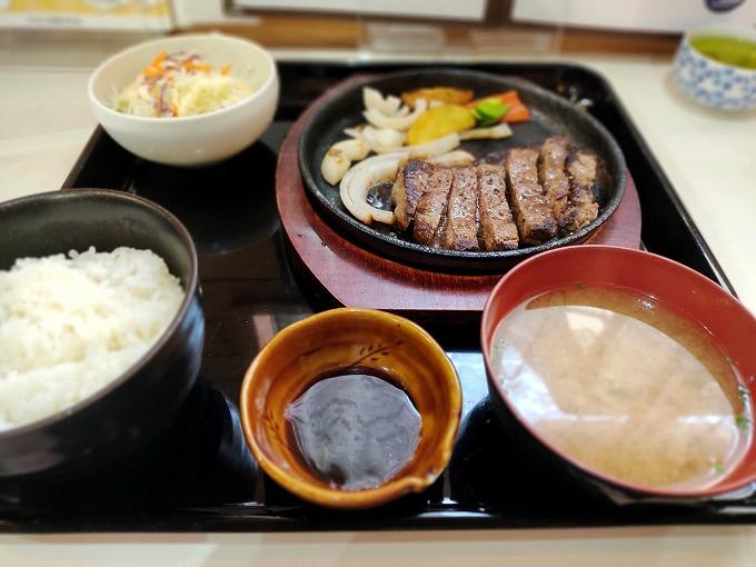本日の注文は「ステーキM 150g」1100円(税込)です。 ご飯と味噌汁が付いています。